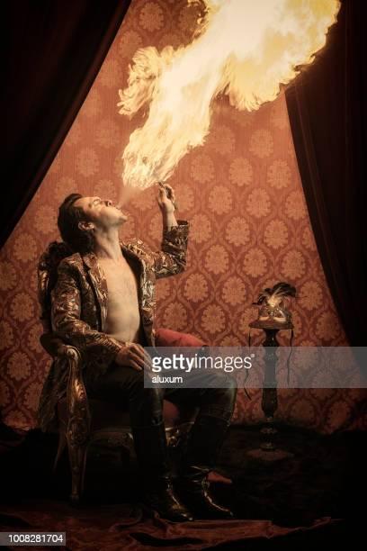 fuego eater rendimiento - faquir fotografías e imágenes de stock