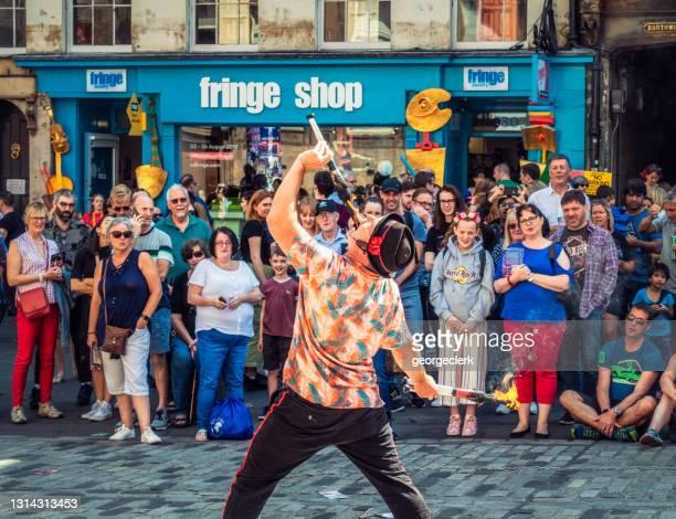 エディンバラ・フェスティバル中に大道芸人を食べる火災 - エジンバラ国際フェスティバル ストックフォトと画像