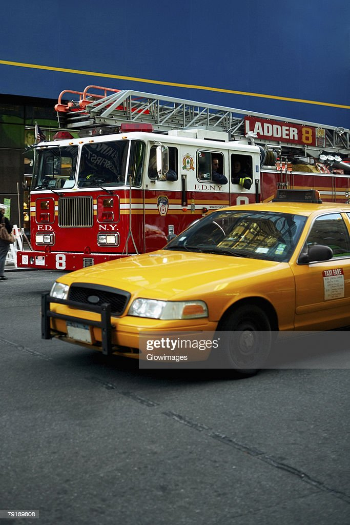 Fire engine and a yellow taxi on a road, New York City, New York State, USA : Foto de stock