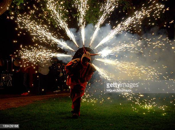 fire festival - demonio imagens e fotografias de stock
