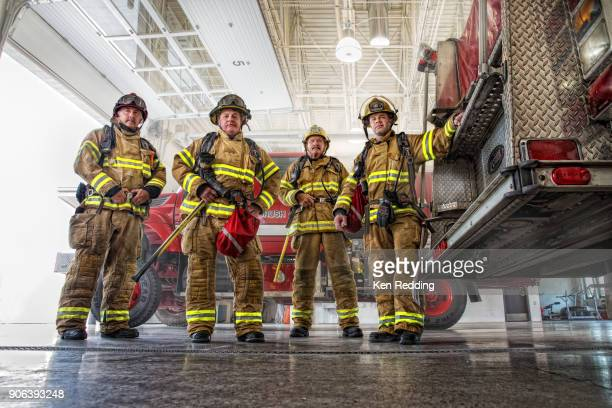 fire fighter crew - fire protection suit - fotografias e filmes do acervo