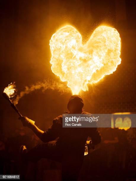 fire heart - faquir fotografías e imágenes de stock