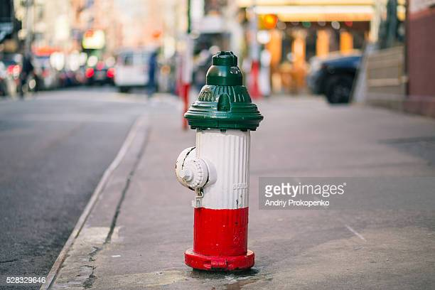 fire hydrant in little italy, new york city - little italy new york foto e immagini stock