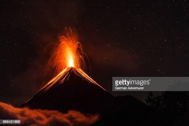 fire in the sky - volcán fotografías e imágenes de stock