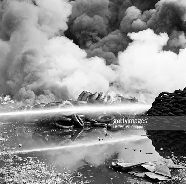 Fire Of A Tire Depot. France, juillet 1955, un dépôt de pneus est incendié près d'une voie de chemin de fer de la SNCF. Ici une partie d'un tas de...