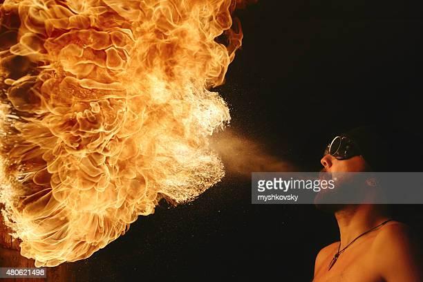 Artiste du feu en soirée