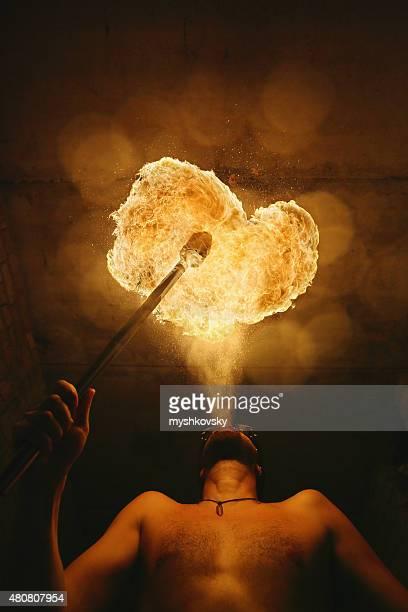 Fire Performer bei Nacht