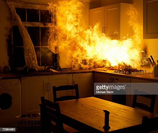 fire raging in domestic kitchen at night - fogo - fotografias e filmes do acervo