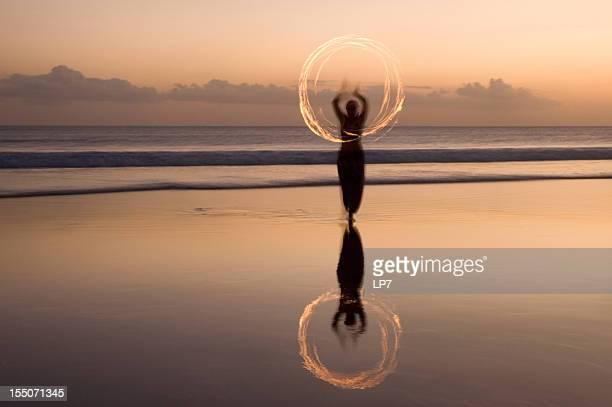 Mostrar fogo na praia de Bali