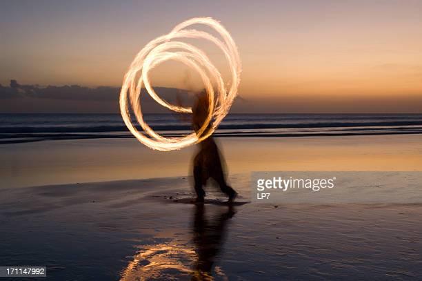 fogo show na praia em bali - arte, cultura e espetáculo - fotografias e filmes do acervo