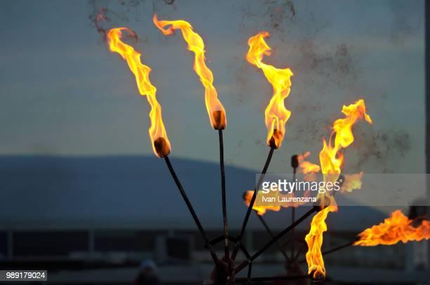 fire show - fuego al aire libre fotografías e imágenes de stock