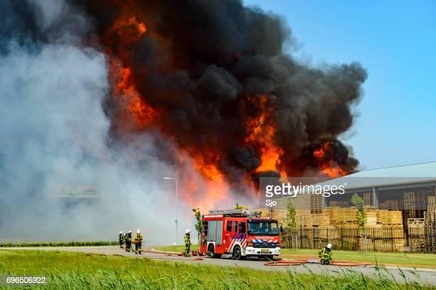 Brandweerauto's voor een grote industriële brand