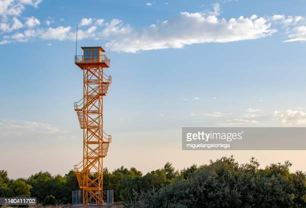 fire turret - observatory to detect fires - bewaken stockfoto's en -beelden