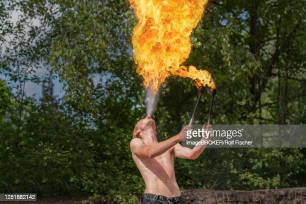 fire-breather fakir, rinteln, germany - faquir - fotografias e filmes do acervo