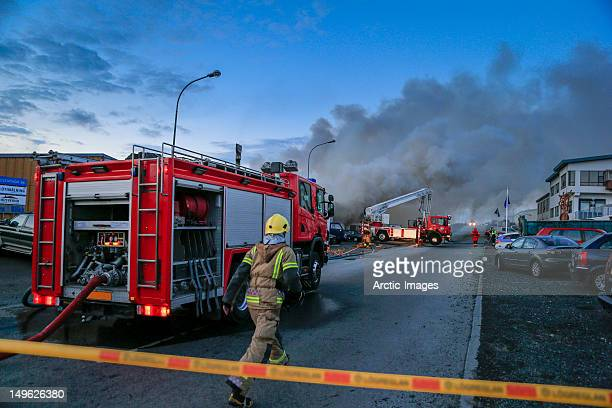 firefigher running to fire scene - carro de bombeiro - fotografias e filmes do acervo