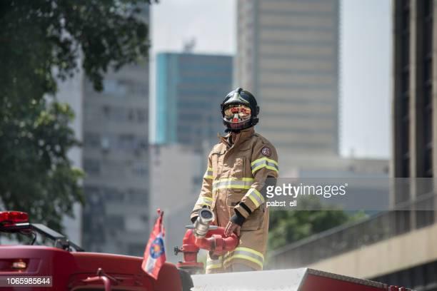 bombeiro bombeiro coverall retardante de fogo sozinho - bombeiro - fotografias e filmes do acervo