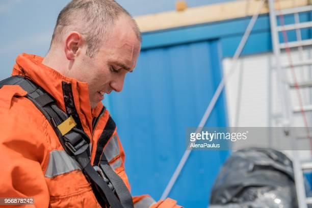 bombero en una operación de rescate - retrato - trabajador de rescate fotografías e imágenes de stock