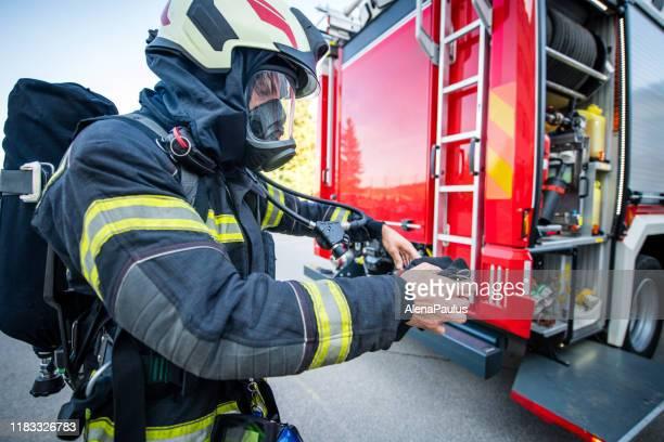 brandweerman in brand-reddingsoperatie - bevrijden stockfoto's en -beelden