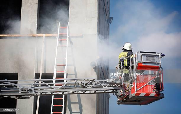 bombeiro em uma plataforma hidráulica - fire station - fotografias e filmes do acervo