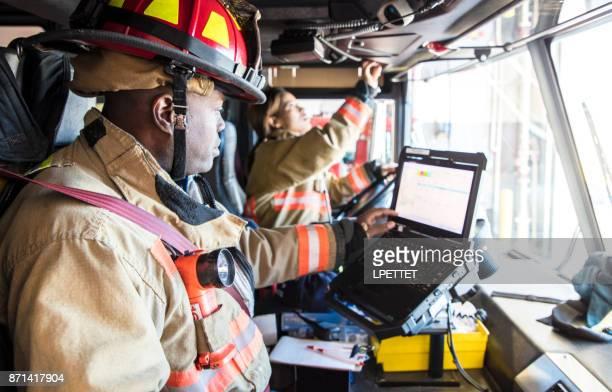bombeiro  - carro de bombeiro - fotografias e filmes do acervo
