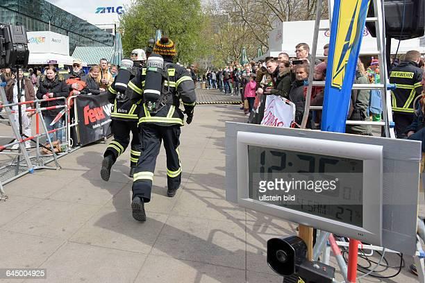 Firefighter Stair Run Feuerwehrmänner und Frauen erklimmen in voller Schutzausrüstung 39 Stockwerke und shcliesslich das Dach des Berliner Hotels...