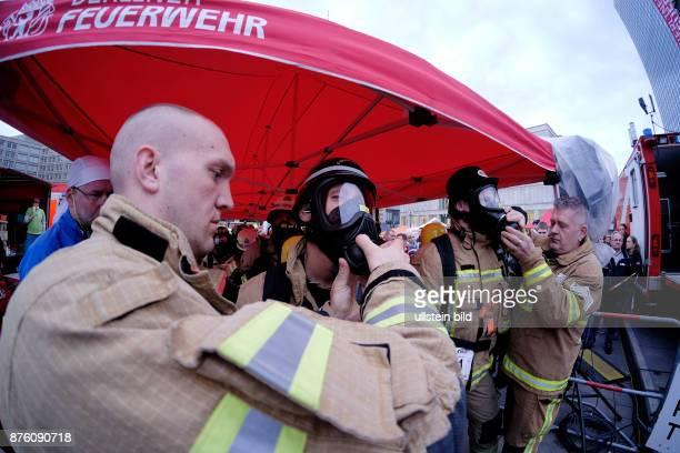 Firefighter Starirun 2016 am Berliner Alexanderplatz Unter vollter Schutzausrüstung gegen die Zeit laufen Feuerwehrmänner und Feuerwehrfrauen die 39...