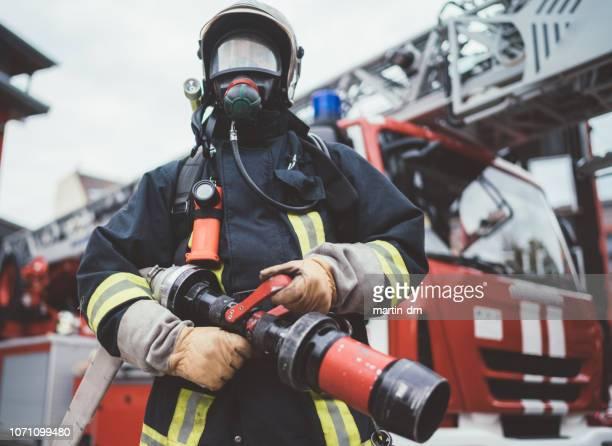 bombeiro usando máscara de oxigênio - roupa a prova de fogo - fotografias e filmes do acervo