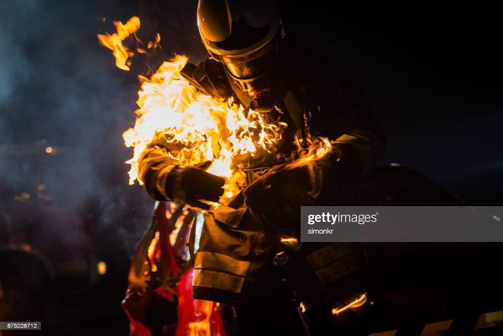 Bombeiro com a queima roupa : Foto de stock