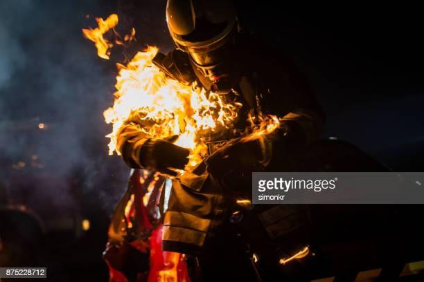 bombeiro com a queima roupa - fire protection suit - fotografias e filmes do acervo