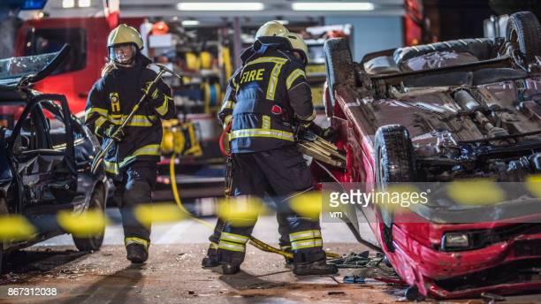 Brandman arbetar på uppochner bil