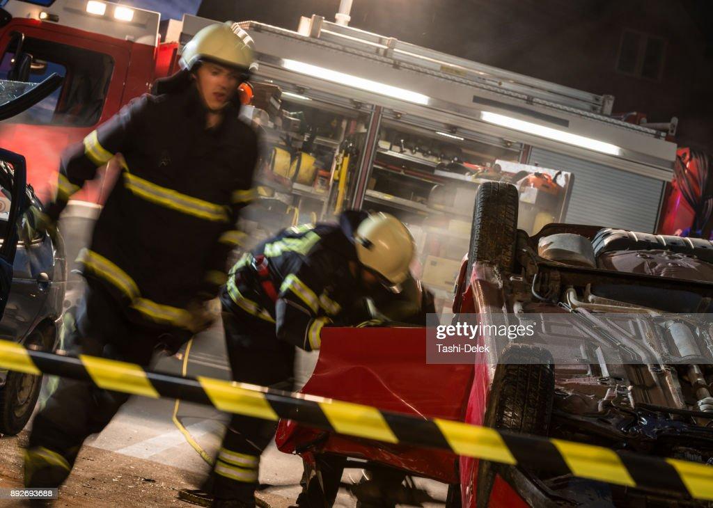 Feuerwehrleute Bei Einem Autounfallszene Stock-Foto   Getty Images