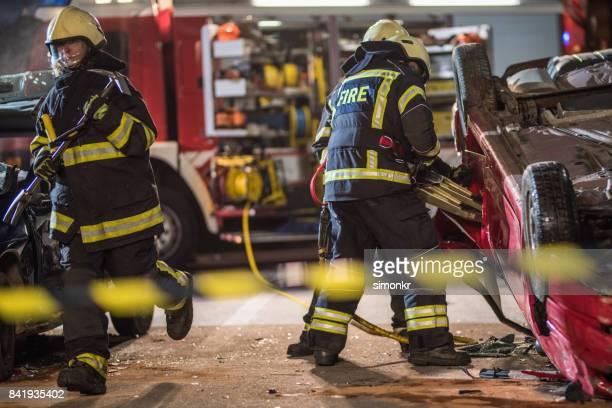 """bombeiros no acidente """"n - carro de bombeiro - fotografias e filmes do acervo"""