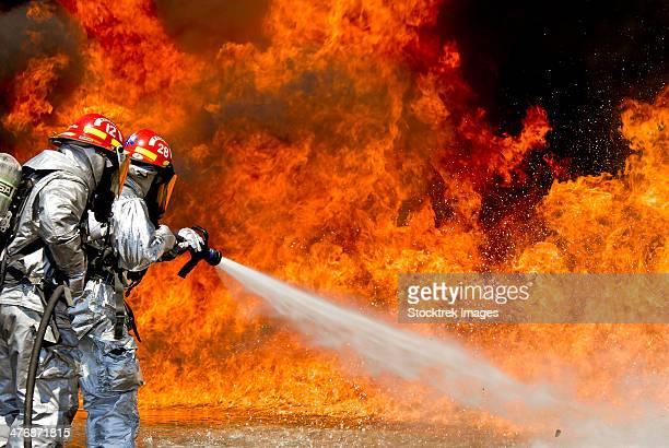 firefighters combat a jp-8 jet fuel fire. - uithoudingsvermogen stockfoto's en -beelden
