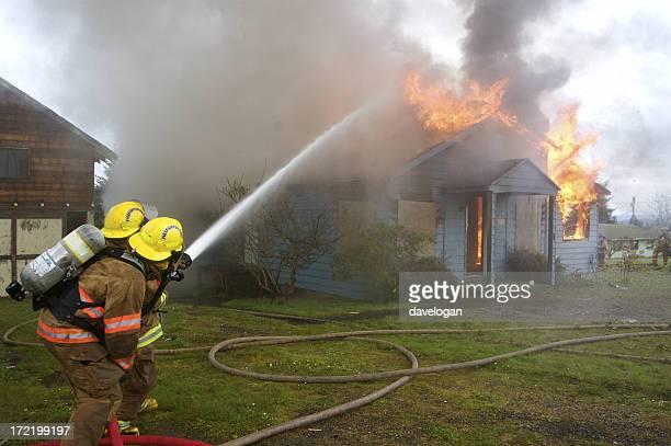 vigili del fuoco di combattimento house fuoco - squirt foto e immagini stock