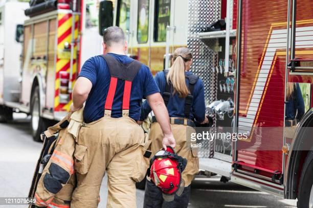 呼び出しに応答する準備をしている消防士 - 消防士 ストックフォトと画像