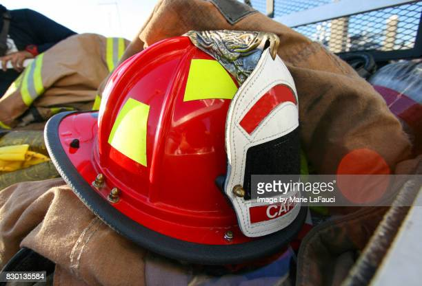 firefighter's helmet, protective gear and equipment - capacete de bombeiro - fotografias e filmes do acervo