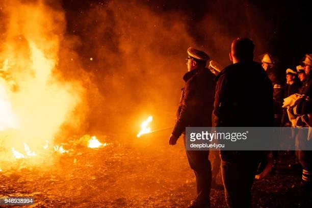 feuerwehr licht eine große osterfeuer in hamburg, deutschland - osterfeuer stock-fotos und bilder