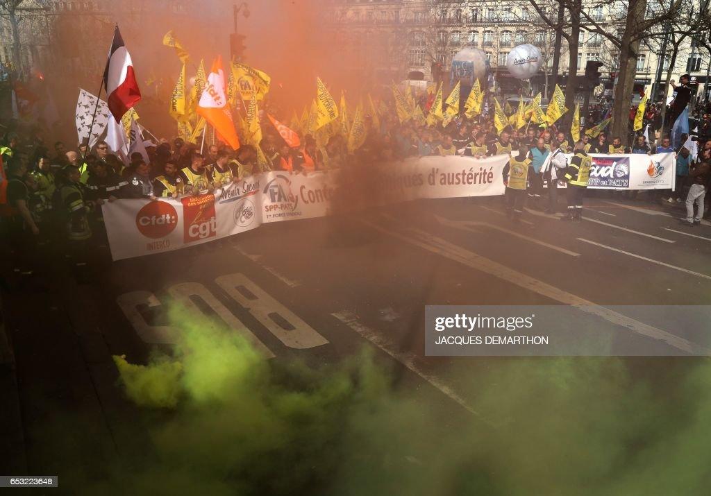 Firefighters march during a demonstration against staff reduction on the place de la Republique in Paris on March 14, 2017. / AFP PHOTO / Jacques DEMARTHON
