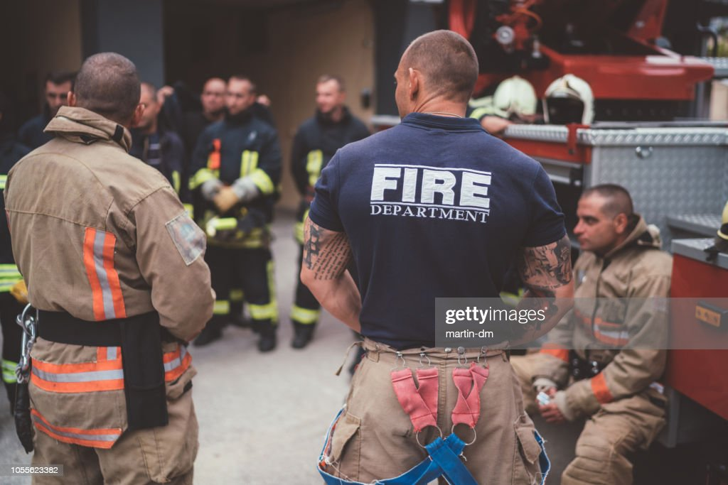 Bombeiros na reunião antes do trabalho : Foto de stock