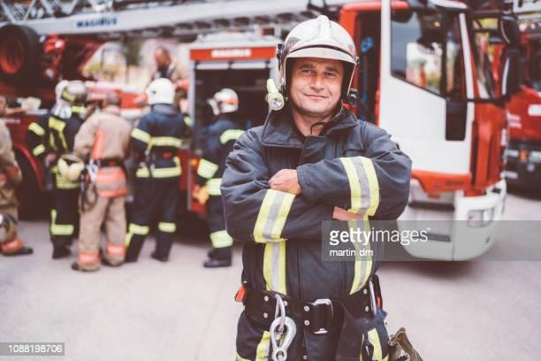 retrato de bombeiro - carro de bombeiro - fotografias e filmes do acervo