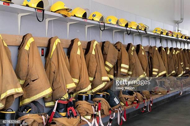 firefighters' suits - fire protection suit - fotografias e filmes do acervo