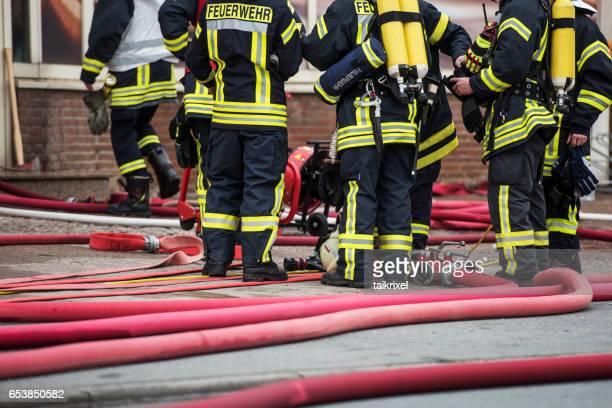 Feuerwehr warten vor einem brennenden Haus, Deutschland, Europa