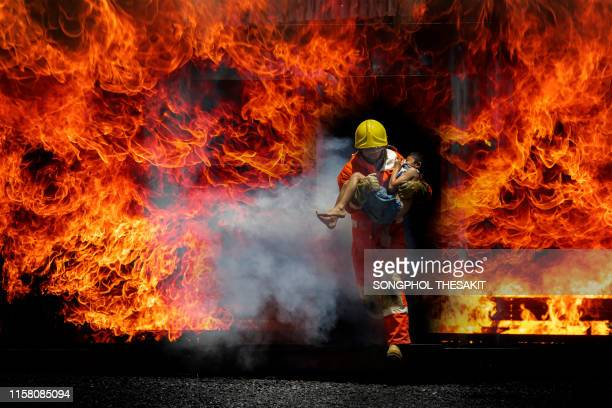 firefighters who have been trained professionally are on duty to control the fire from various accidents and rescue the victims. - firefighter stock pictures, royalty-free photos & images