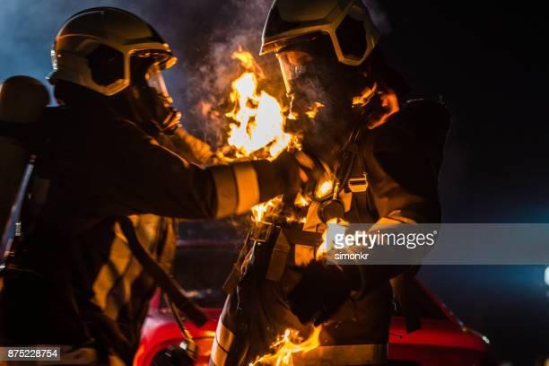 bombeiros com a queima roupa - fire protection suit - fotografias e filmes do acervo