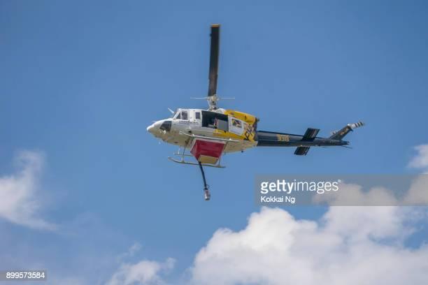 helicóptero de extinción de incendios (helitack 338) - australian bushfire fotografías e imágenes de stock