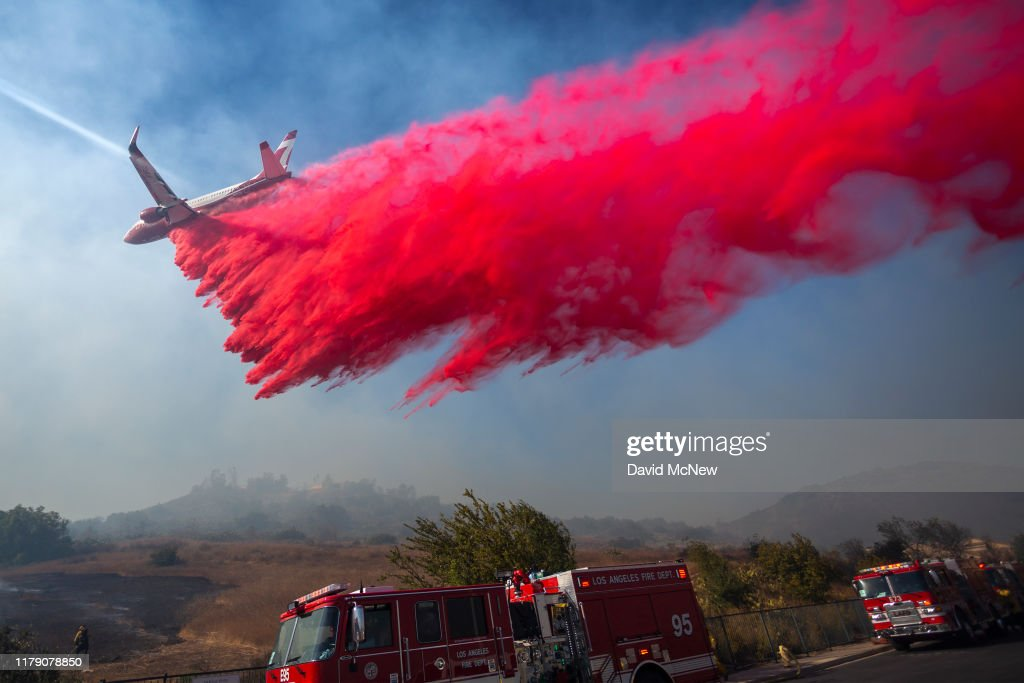 """Extreme"" Santa Ana Winds Spark New Wildfires In Southern California : Nachrichtenfoto"