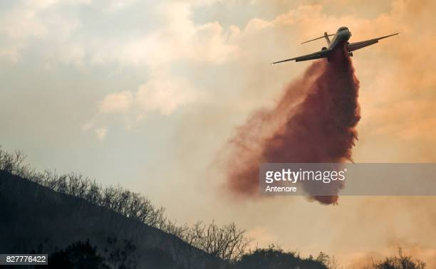 firefighting place drop - california wildfire stock pictures, royalty-free photos & images