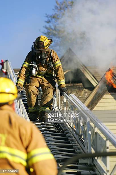 bombeiros com escada - fire station - fotografias e filmes do acervo