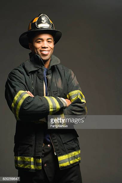 Fireman'souriant sur fond noir, portrait