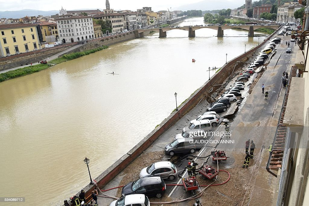 ITALY-DISASTER-FLORENCE-COLLAPSING : News Photo
